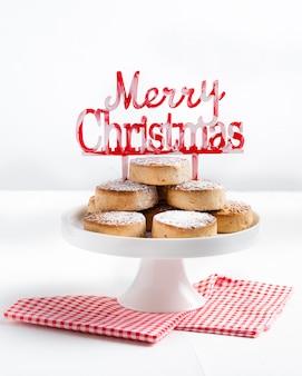 Biscotti di natale tradizionali, nevaditos, con mandorle e sesamo su legno bianco.