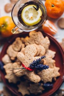 Biscotti di pan di zenzero di natale o di nuovo anno su un piatto