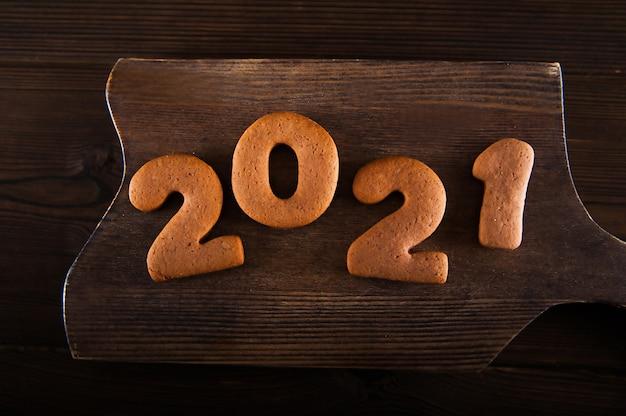 Biscotti di panpepato a forma di 2021. felice anno nuovo