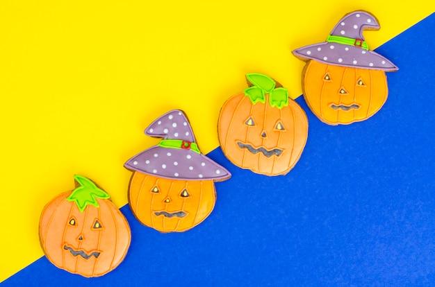 Biscotti di panpepato a forma di zucca luminosi di halloween.