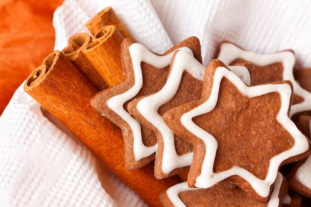 Biscotti di panpepato al cioccolato con glassa
