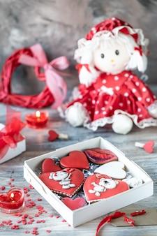 Biscotti di panpepato, candele e una bambola