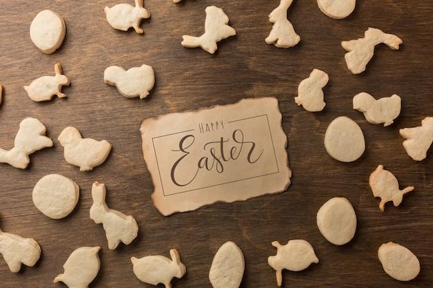 Biscotti di panpepato di pasqua. uova e conigli vista dall'alto
