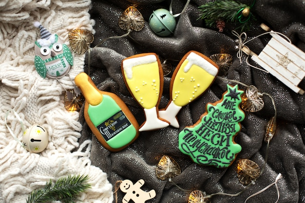 Biscotti di panpepato fatti in casa di natale e decorazioni natalizie.
