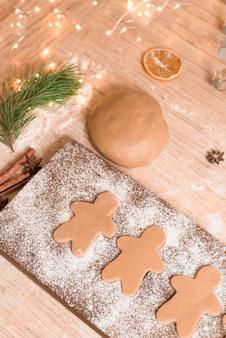 Biscotti di panpepato per le vacanze di natale. il processo di preparazione dei biscotti allo zenzero. primo piano, spazio per il testo