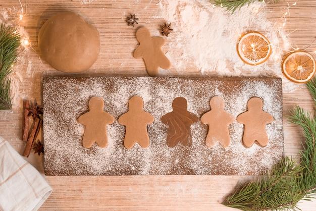 Biscotti di panpepato per le vacanze di natale. il processo di produzione di biscotti allo zenzero con miele