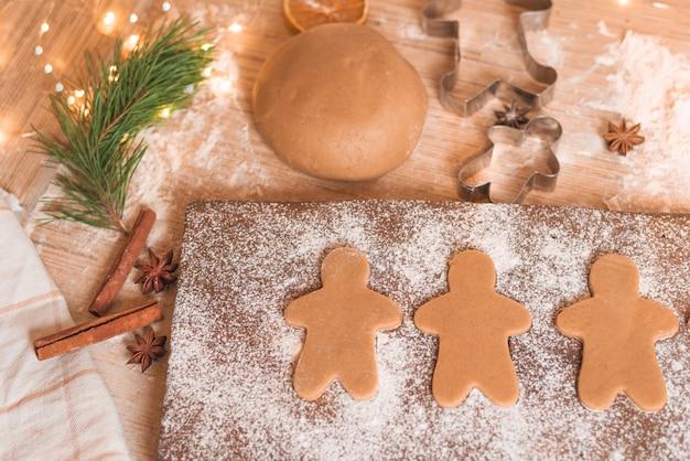 Biscotti di panpepato per le vacanze di natale. processo di fabbricazione. primo piano, spazio per il testo