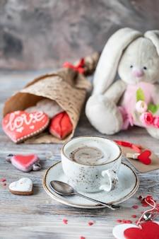 Biscotti di panpepato, tazza di caffè e coniglio