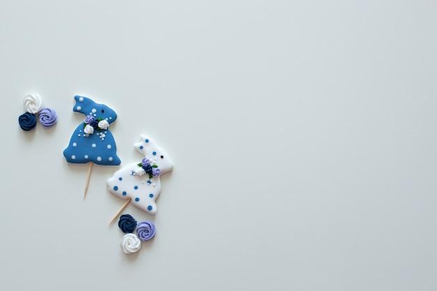 Biscotti di pasqua coniglietti. biscotti lustrati del pan di zenzero di pasqua sulla tavola di legno. biscotti fatti in casa di pasqua a forma di coniglio divertente. decorazione di festa. biscotti creativi di pasqua su una parete bianca isolata.