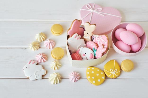 Biscotti di pasqua in scatola con macarons e fiori
