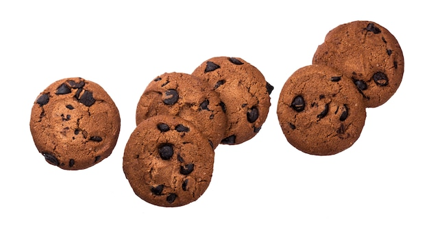 Biscotti di pepita di cioccolato isolati su fondo bianco