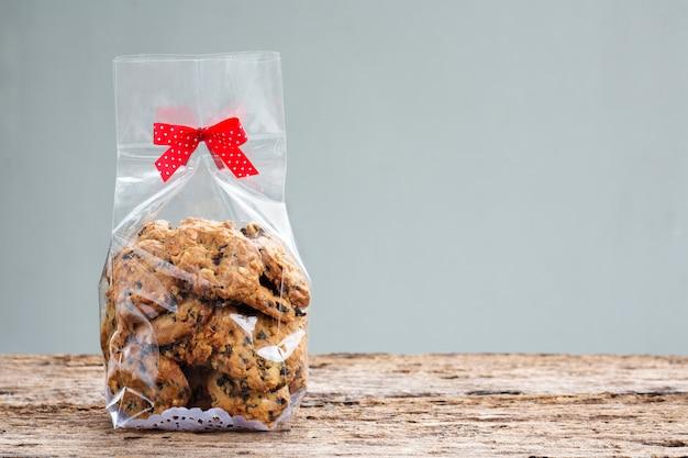 Biscotti di pepita di cioccolato nell'imballaggio del sacchetto di plastica con lo spazio della copia.