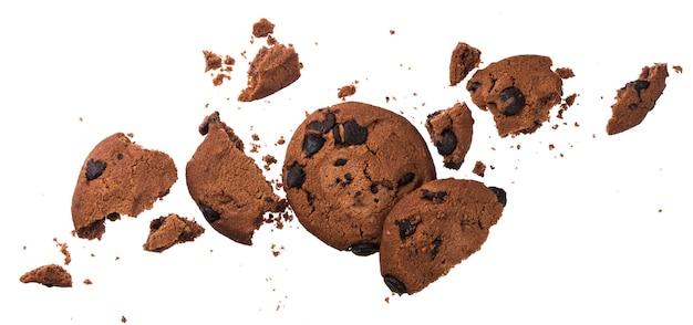 Biscotti di pepita di cioccolato rotti isolati su bianco