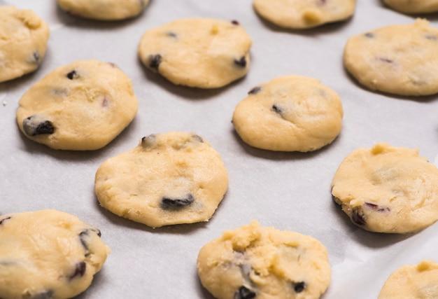 Biscotti di pepita di cioccolato saporiti del primo piano