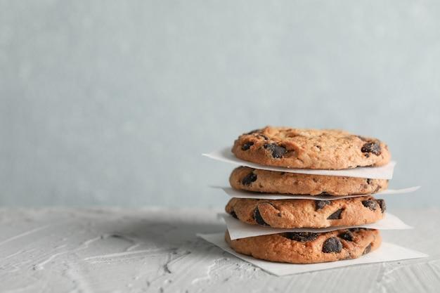 Biscotti di pepita di cioccolato saporiti su fondo grigio