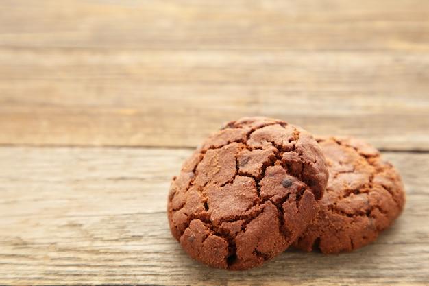 Biscotti di pepita di cioccolato su fondo di legno grigio.