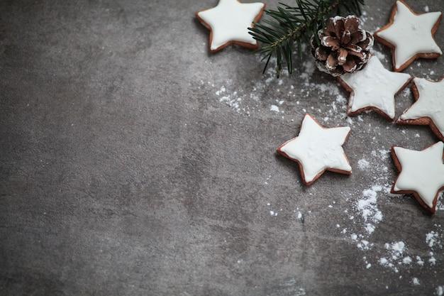 Biscotti di stelle spolverati di zucchero a velo