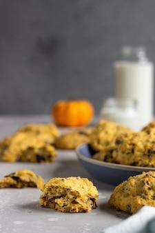 Biscotti di zucca appena sfornati con fiocchi d'avena e gocce di cioccolato. spuntino salutare per colazione.