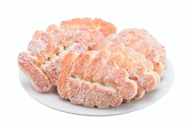 Biscotti dolci con zucchero su un piatto