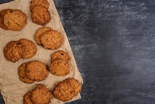 Biscotti dolci sulla tavola di legno