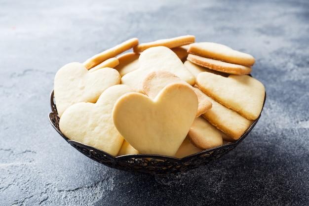 Biscotti domestici del cuore su un piatto