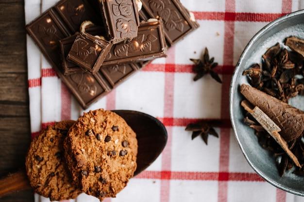 Biscotti e barretta di cioccolato amaro con spezie orientali.