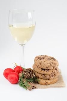 Biscotti e bicchiere di vino.