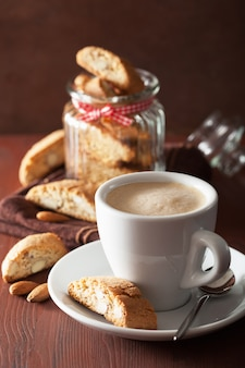 Biscotti e caffè italiani tradizionali di cantuccini
