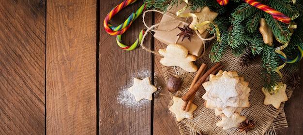 Biscotti e canutiglia di natale su una tabella di legno