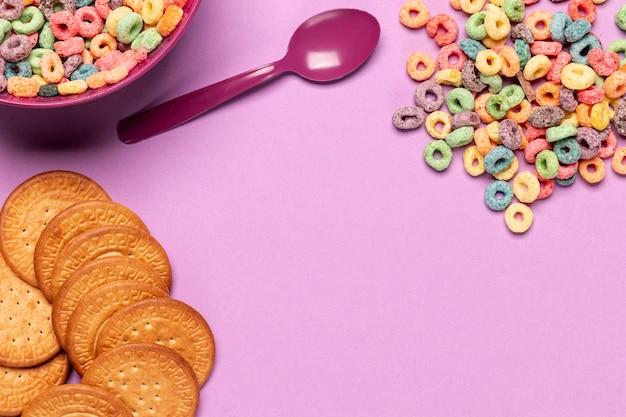 Biscotti e cereali con sfondo spazio copia