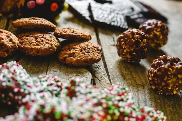 Biscotti e cioccolatini pralinati per il piacere delle vacanze natalizie