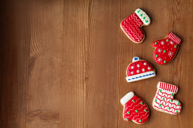 Biscotti e coni di pan di zenzero del colorfull sulla tavola di legno
