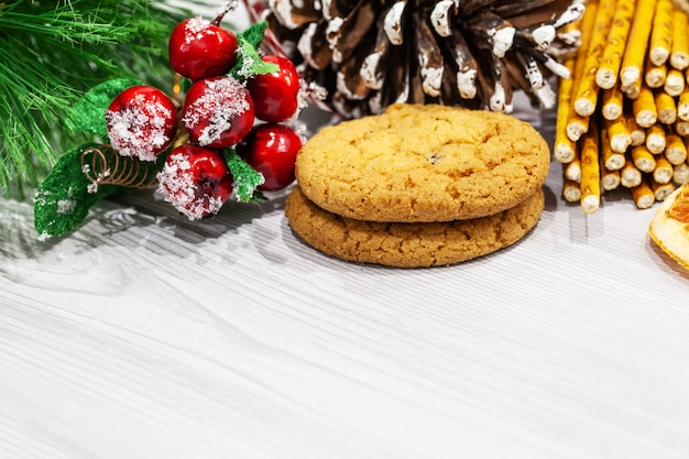 Biscotti e decorazione di natale su priorità bassa bianca