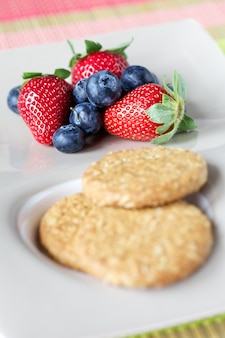 Biscotti e frutti rossi