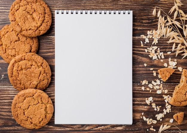 Biscotti e grano con il fondo dello spazio della copia
