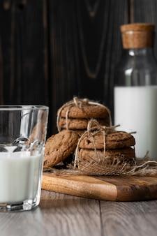 Biscotti e latte di pepita di cioccolato sulla tavola di legno