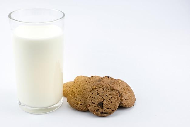 Biscotti e latte su sfondo bianco