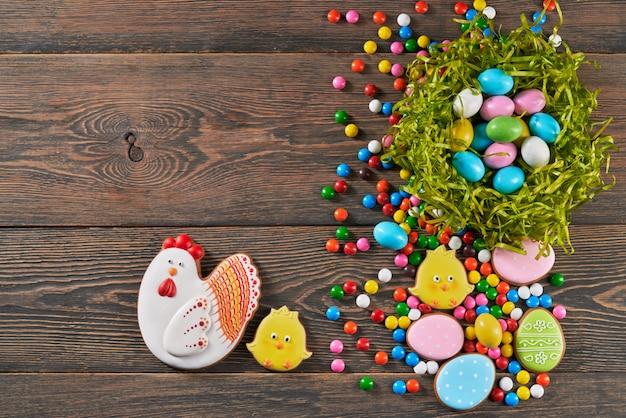 Biscotti e uova dello zenzero di pasqua in nido.