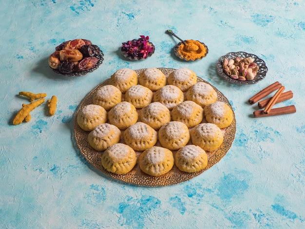 Biscotti egiziani kahk el eid sulla tavola blu