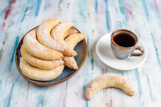 Biscotti fatti in casa a forma di banana con ripieno di ricotta