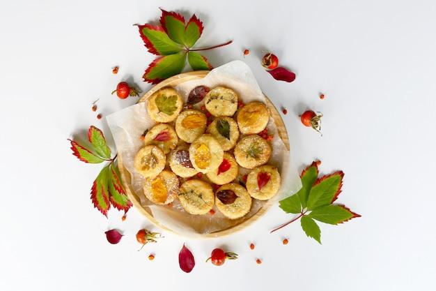Biscotti fatti in casa. accogliente scena d'atmosfera autunnale con foglie di tiglio essiccate.