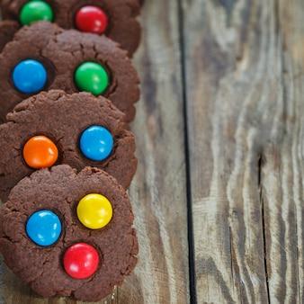 Biscotti fatti in casa al cioccolato decorati con gocce di caramelle colorate
