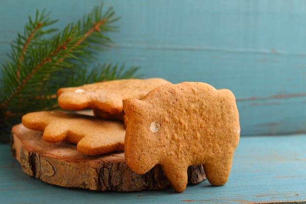 Biscotti fatti in casa (biscotti) sotto forma di pecora e miele