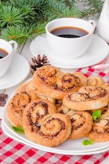 Biscotti fatti in casa con noci e cioccolato per natale o capodanno