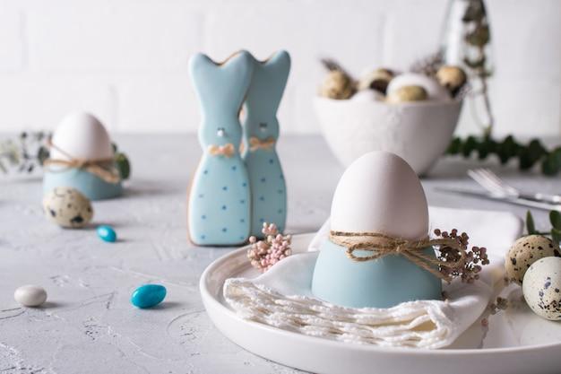 Biscotti fatti in casa di pasqua a forma di un coniglietto divertente, uova di quaglia e uovo di gallina. impostazione tabella celebrazione di pasqua. decorazioni natalizie.
