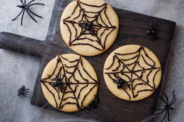 Biscotti fatti in casa per halloween, biscotti con nastro di cioccolato e ragni