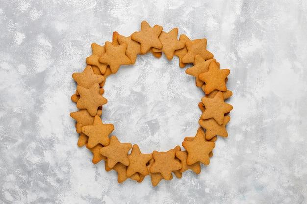 Biscotti fatti in casa tradizionali del pan di zenzero su calcestruzzo grigio, fine su, natale, vista superiore, disposizione piana