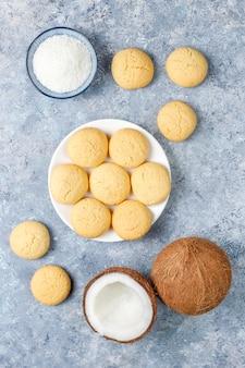 Biscotti fatti in casa vegan sani della noce di cocco con mezza noce di cocco