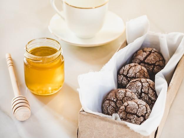 Biscotti freschi, bicchiere di latte e barattolo