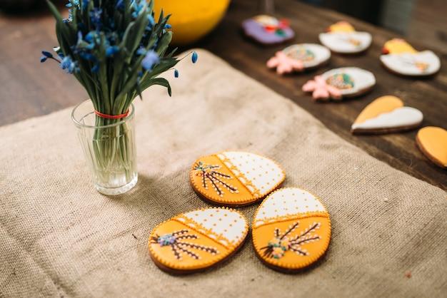 Biscotti freschi con le immagini sulla vista del primo piano della lettiera della tela da imballaggio
